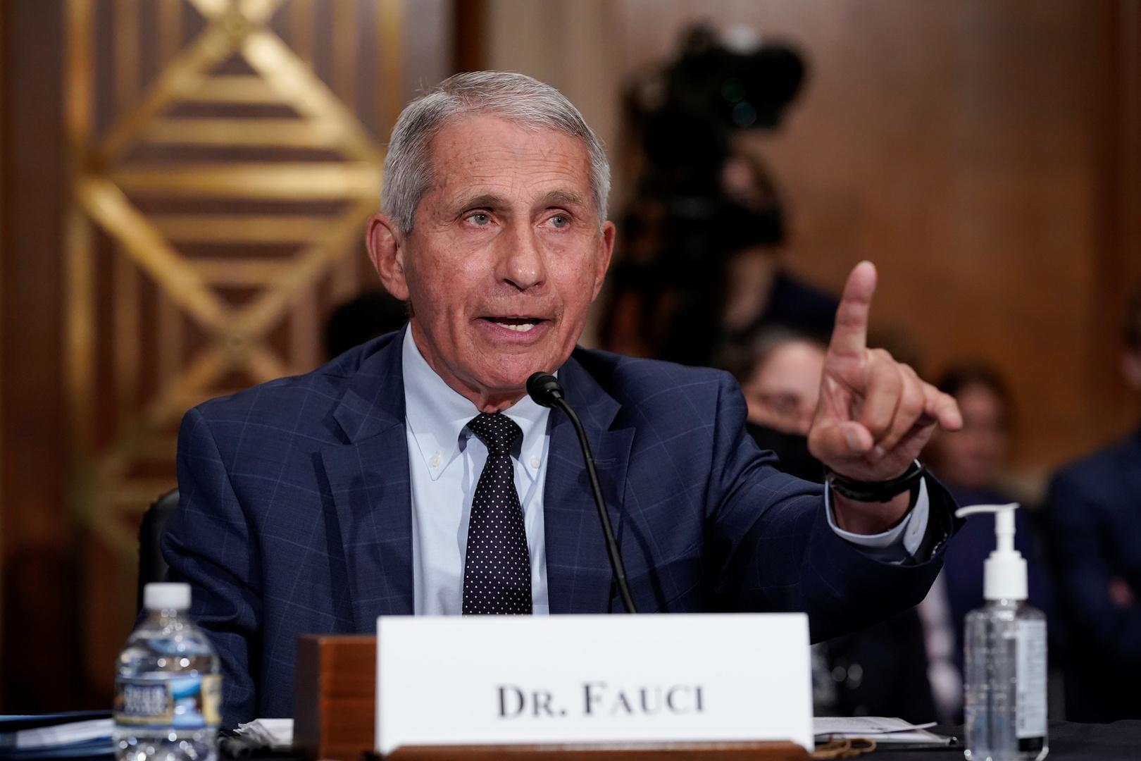 فاوتشي يأمل بإصدار السلطات الأمريكية ترخيصا كاملا لاستخدام لقاحات كورونا