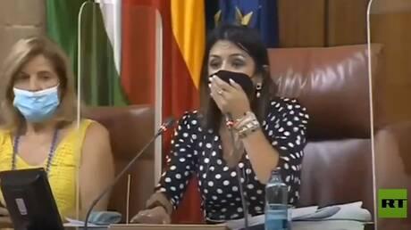 شاهد.. فأر يثير الفوضى أثناء جلسة البرلمان
