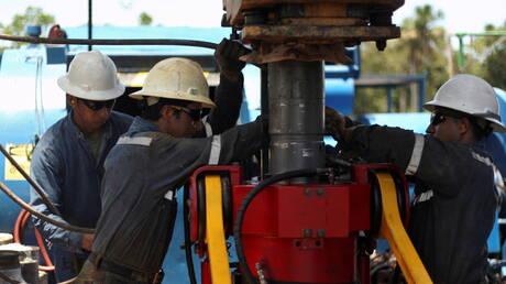 أسعار النفط تهبط لكنها على مسار تحقيق مكسب أسبوعي كبير