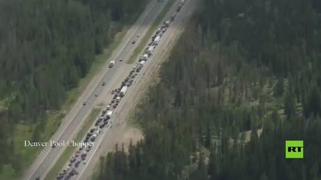 الطين يحاصر عشرات السيارات في ولاية كولورادو