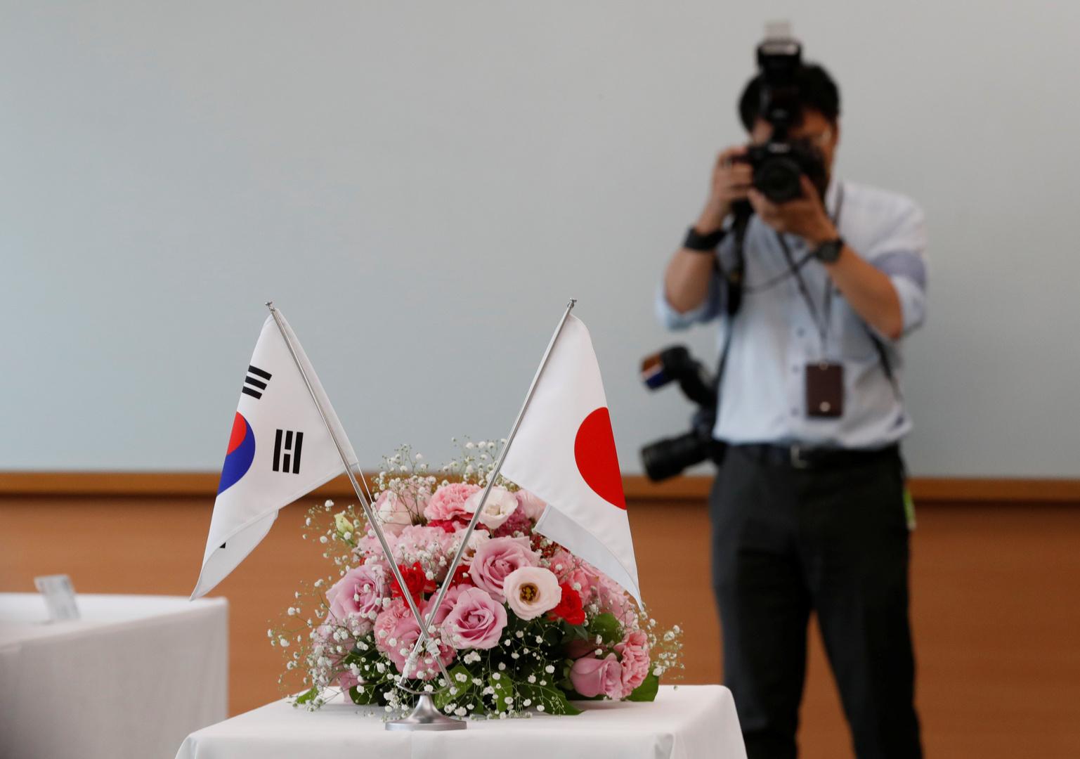 العلم الكوري الجنوبي والعلم الياباني