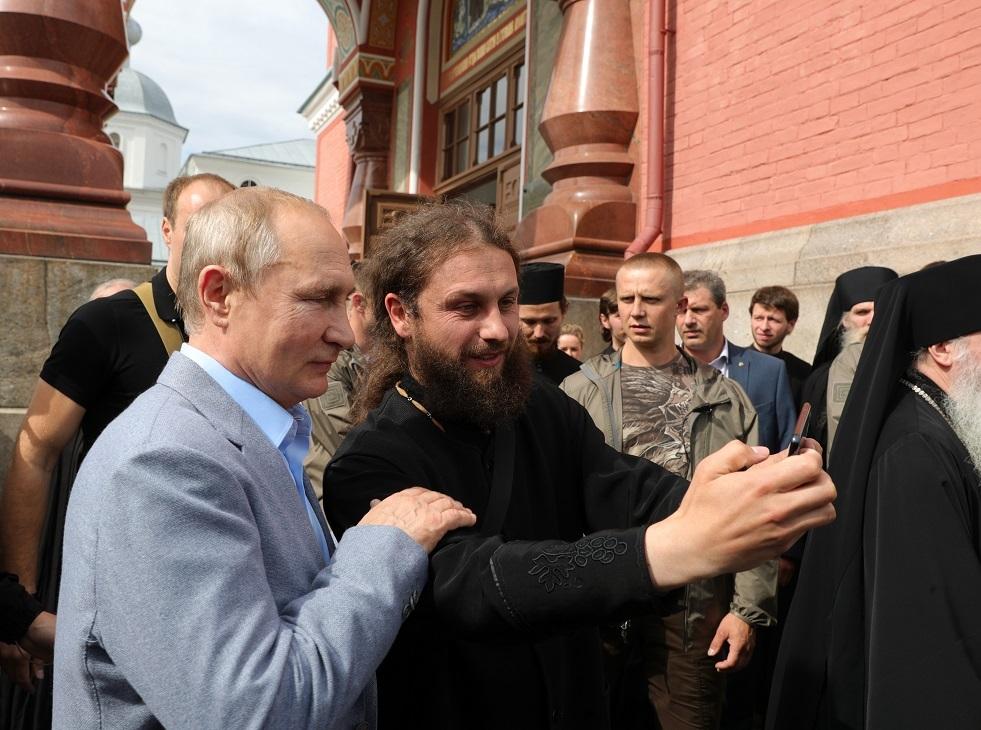 صورة أرشيفية لزيارة الرئيس فلاديمير بوتين إلى أحد المعابد