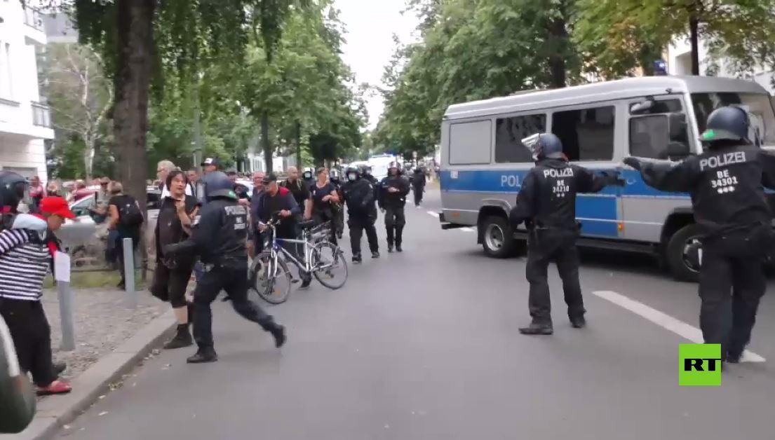 حشود تتحدى حظر التجمعات في برلين للاحتجاج على قيودكورونا