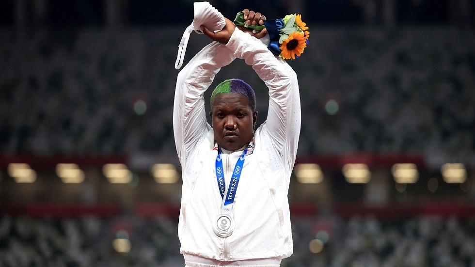 أولمبياد طوكيو.. الأمريكية سوندرس تصبح أول رياضية تحتج على منصة التتويج (صور)