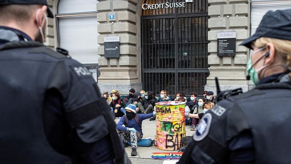 شرطة سويسرا تفرق احتجاجا لنشطاء المناخ في قلب حي المال بزوريخ