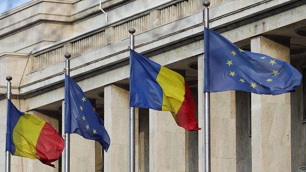 علمي رومانيا والاتحاد الأوروبي على مقر الحكومة الرومانية في بوخارست