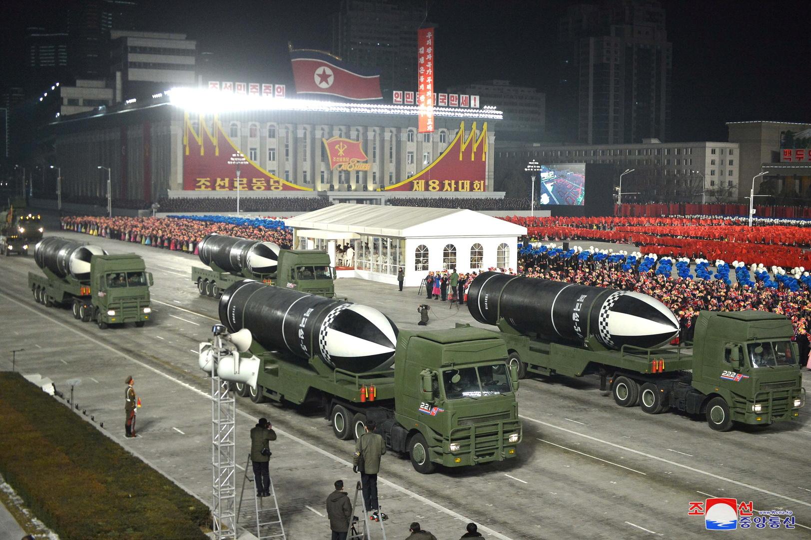 كوريا الشمالية تعرض صورة من فيديو لصاروخ باليستي عابر للقارات يطلق من ناقلة قاذفة