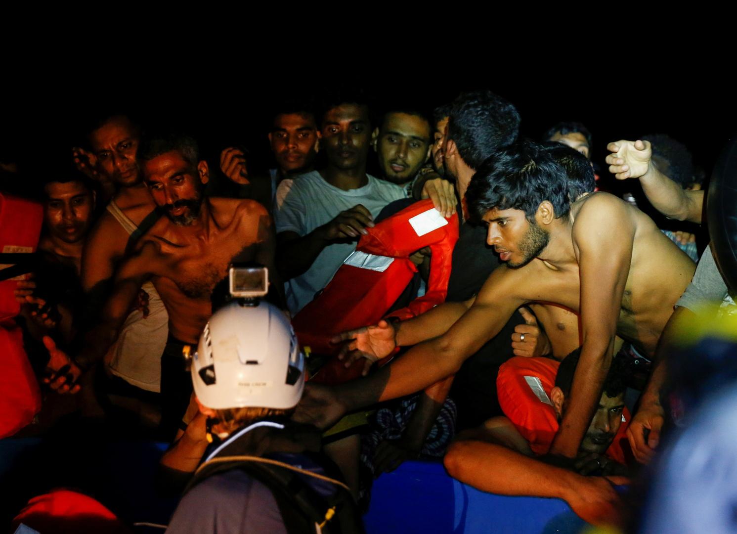 مهاجر,ن على متن قارب خشبي مكتظ أثناء عملية إنقاذ في المياه الدولية قبالة سواحل تونس 1 أغسطس 2021