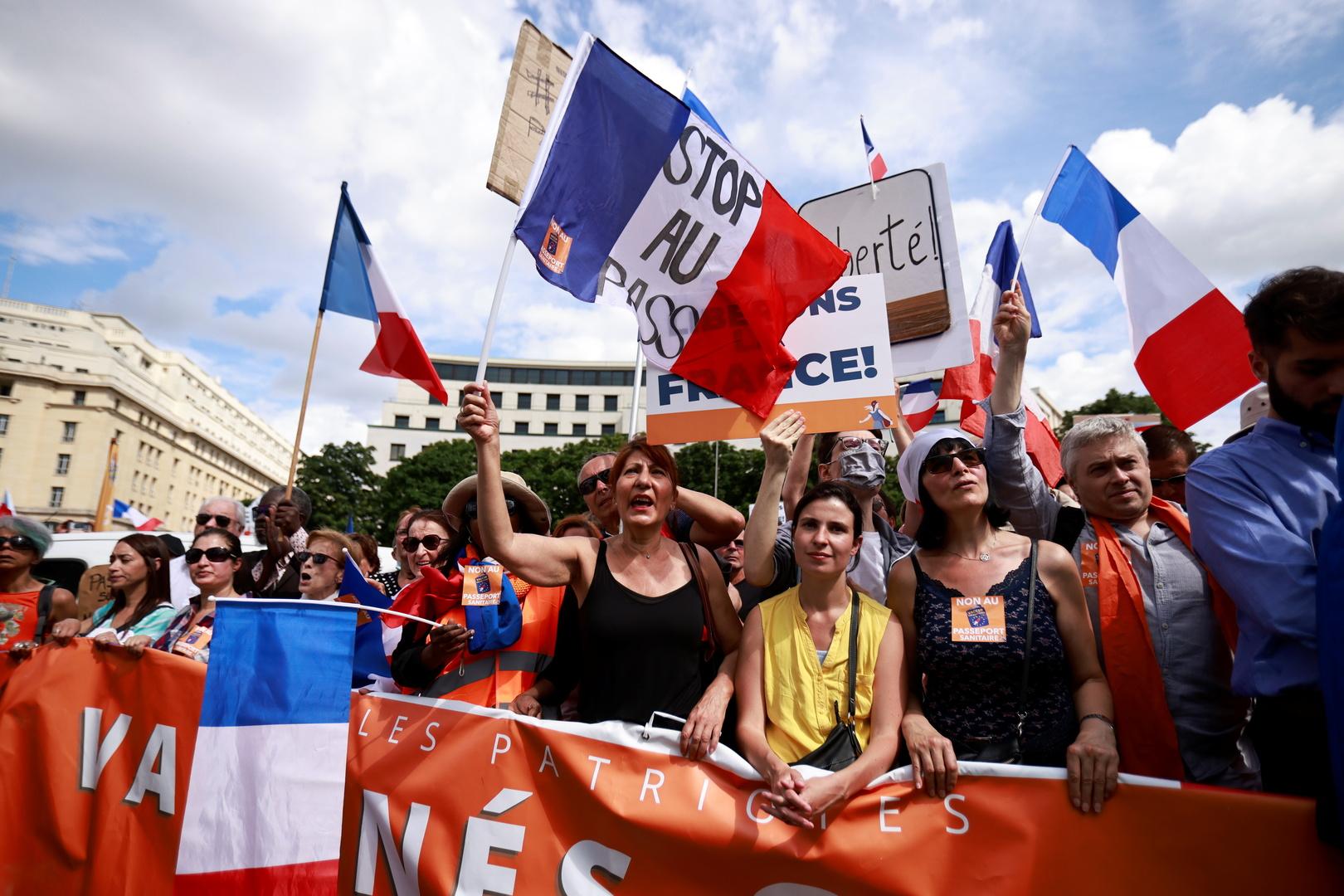 فرنسا.. نقابة الأطباء تحذر من خطورة قانون الشهادة الصحية