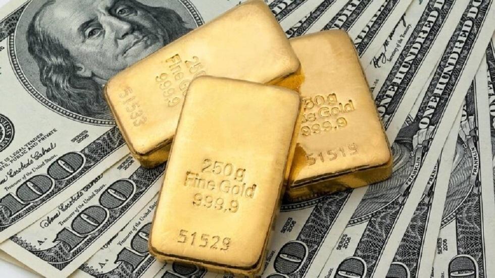 سبائك ذهبية ودولارات أمريكية - صورة تعبيرية