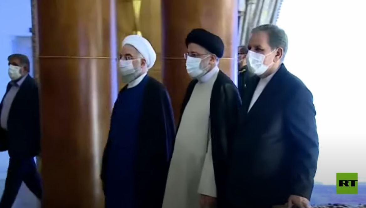 روحاني يسلم السلطة إلى رئيسي خلال مراسم التنصيب
