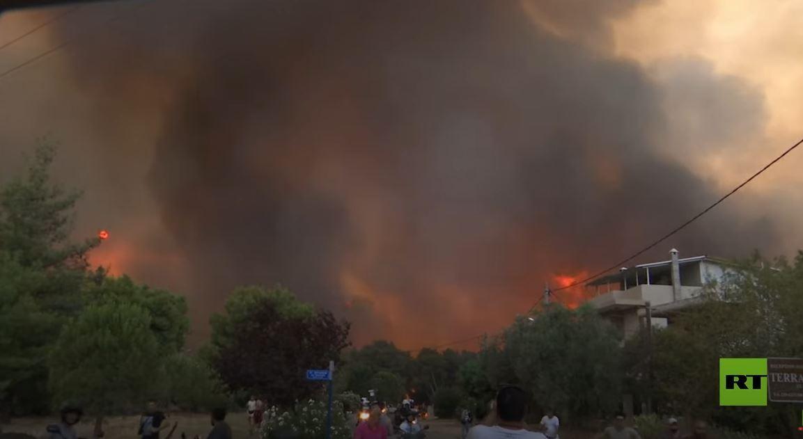 الآلاف يفرون من منازلهم في العاصمة اليونانية مع وصول الحرائق إلى مناطق سكنية