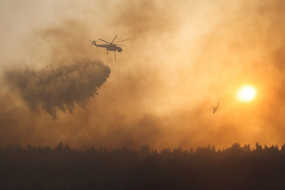 إجلاء السائحين والسكان بالقوارب مع انتشار حرائق الغابات في اليونان