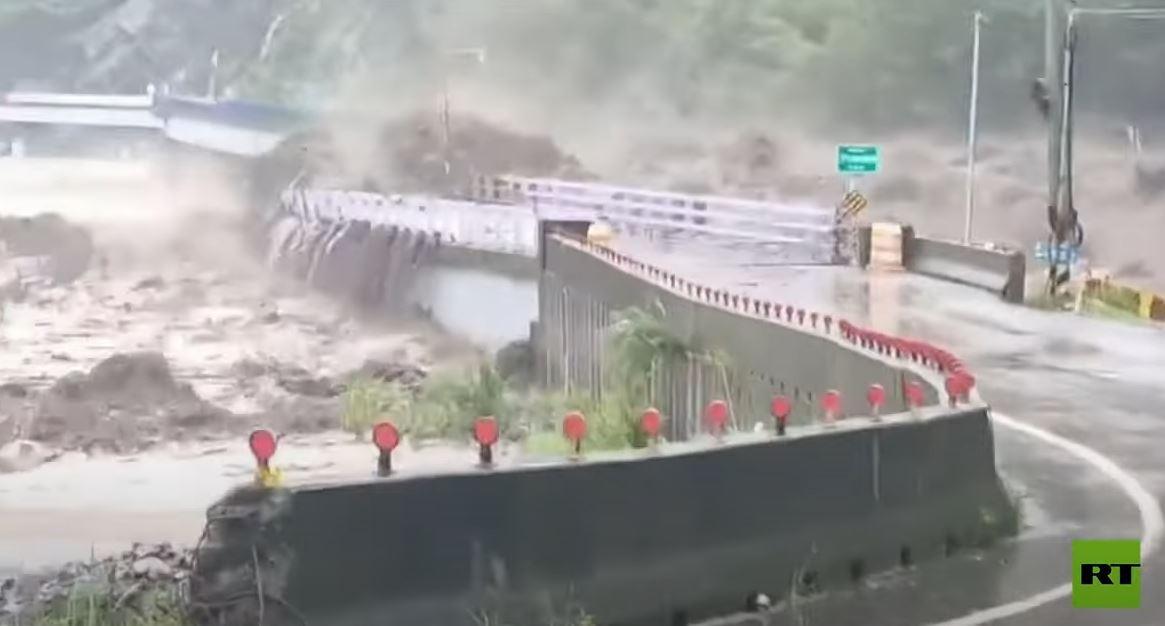 شاهد.. سيول جارفة تمحو جسرا في تايوان