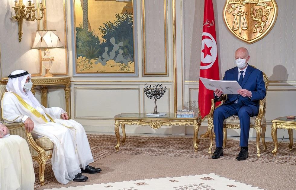 رئيس تونس يلتقي أنور قرقاش في قصر قرطاج ويتسلم رسالة من الرئيس الإماراتي