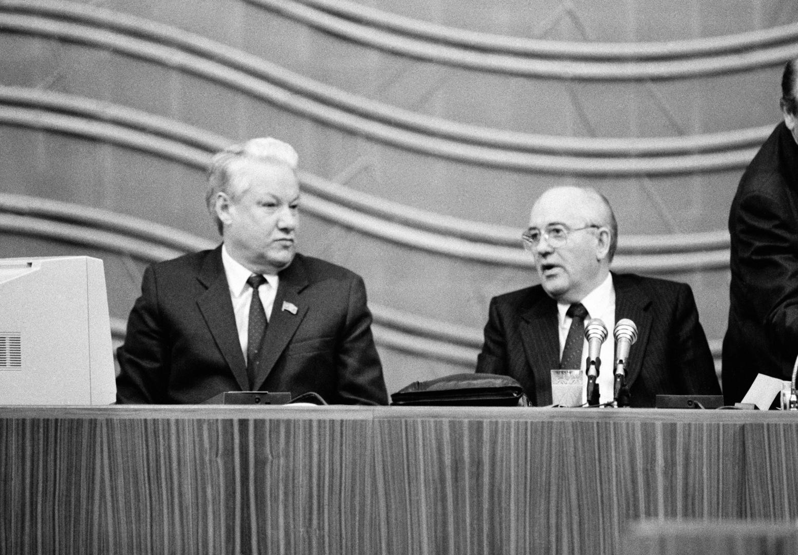 الرئيس السوفيتي ميخائيل غورباتشوف (على اليمين) ورئيس جمهورية روسيا بوريس يلتسين