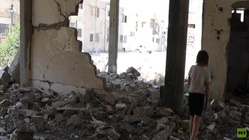 سوريون يقطنون منازل مهدمة في الرقة