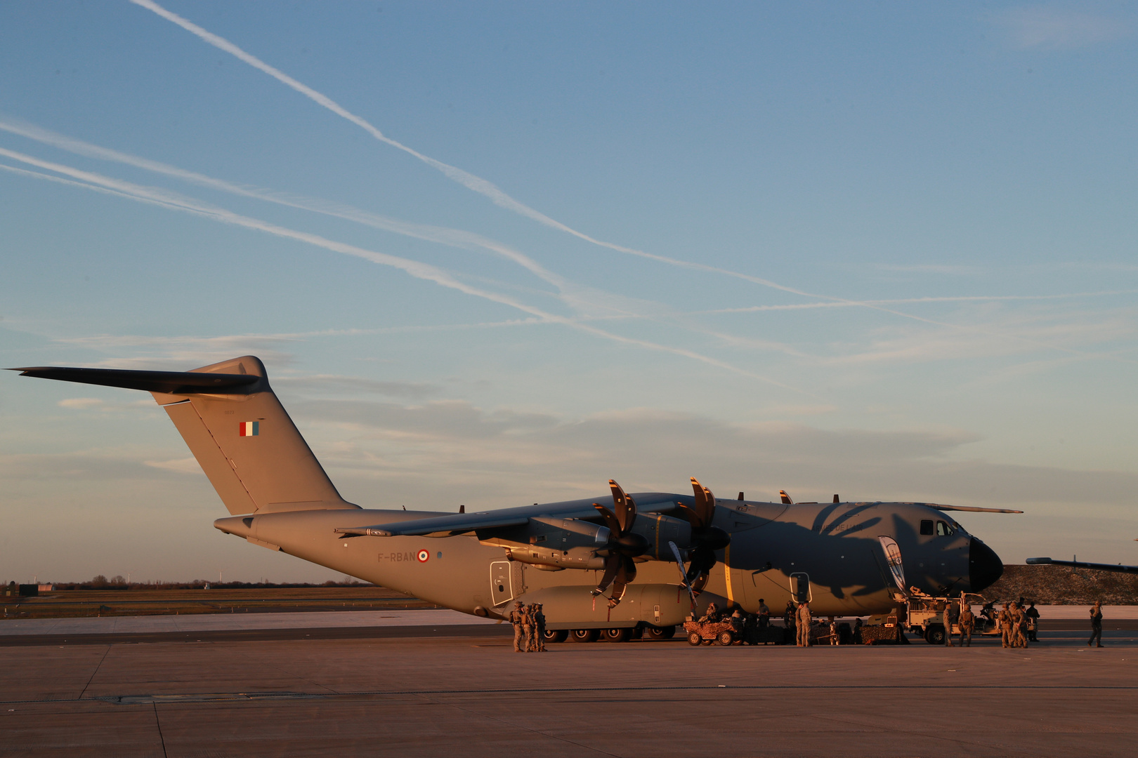 أول طائرة إجلاء فرنسية من كابل تهبط في أبوظبي
