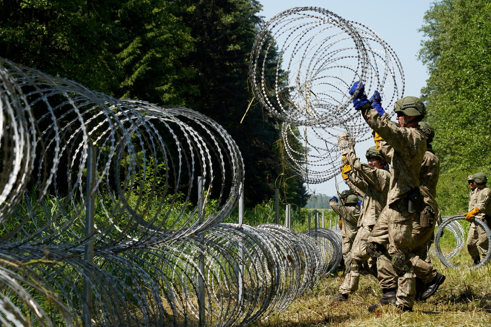 بولندا تنشر الجيش على الحدود مع بيلاروس لمنع تدفق المهاجرين