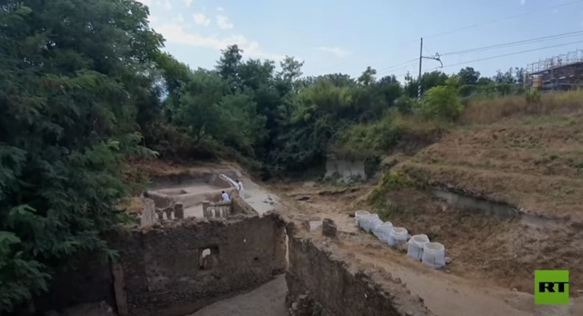 اكتشاف هيكـل عظمي في مقبرة بومبي الإيطالية