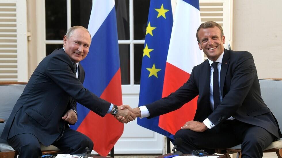 الرئيس الروسي، فلاديمير بوتين، ونظيره الفرنسي، إيمانويل ماكرون (أرشيف).