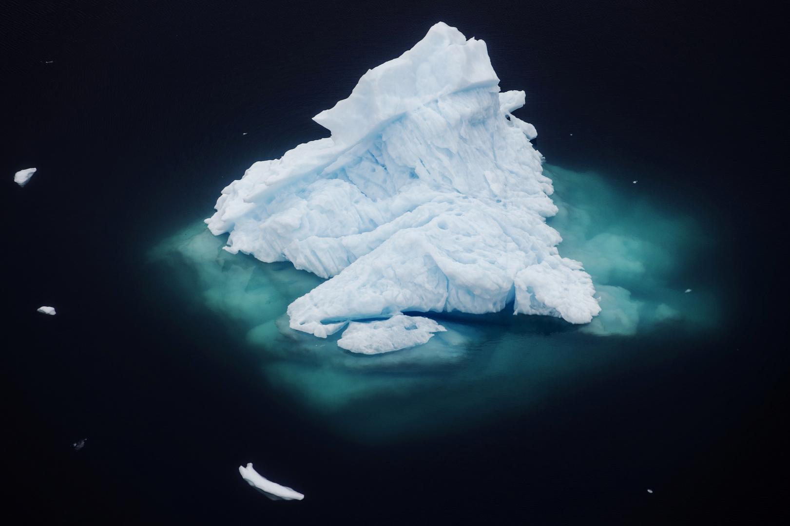انهيار أحد الأنهار الجليدية بتأثير المناخ في غرينلاند