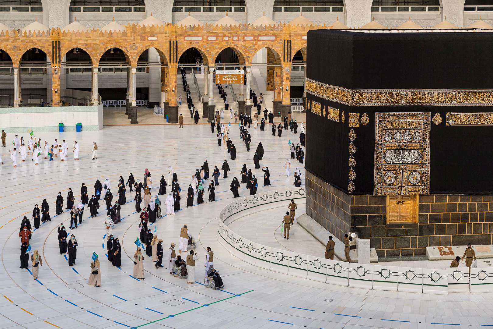 السعودية تستقبل أولى رحلات المعتمرين القادمين من الخارج (صور)