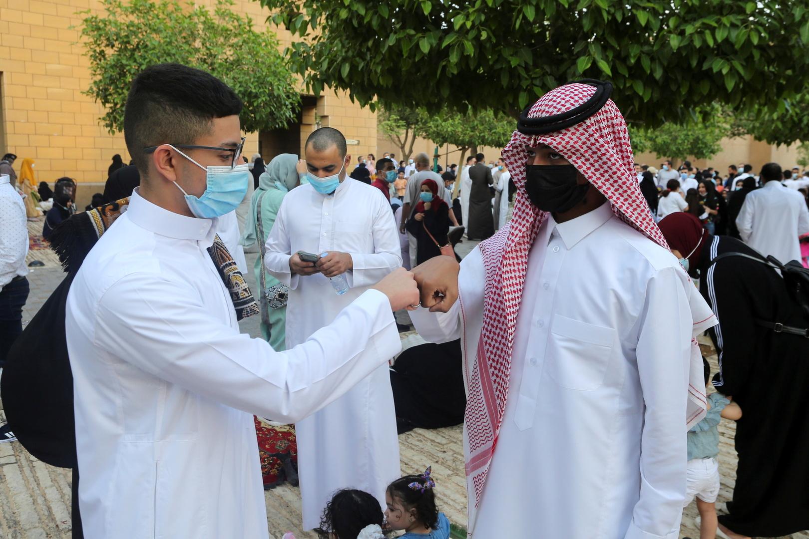 سعوديون يلقون التحية بالقبضات جراء فيروس كورونا