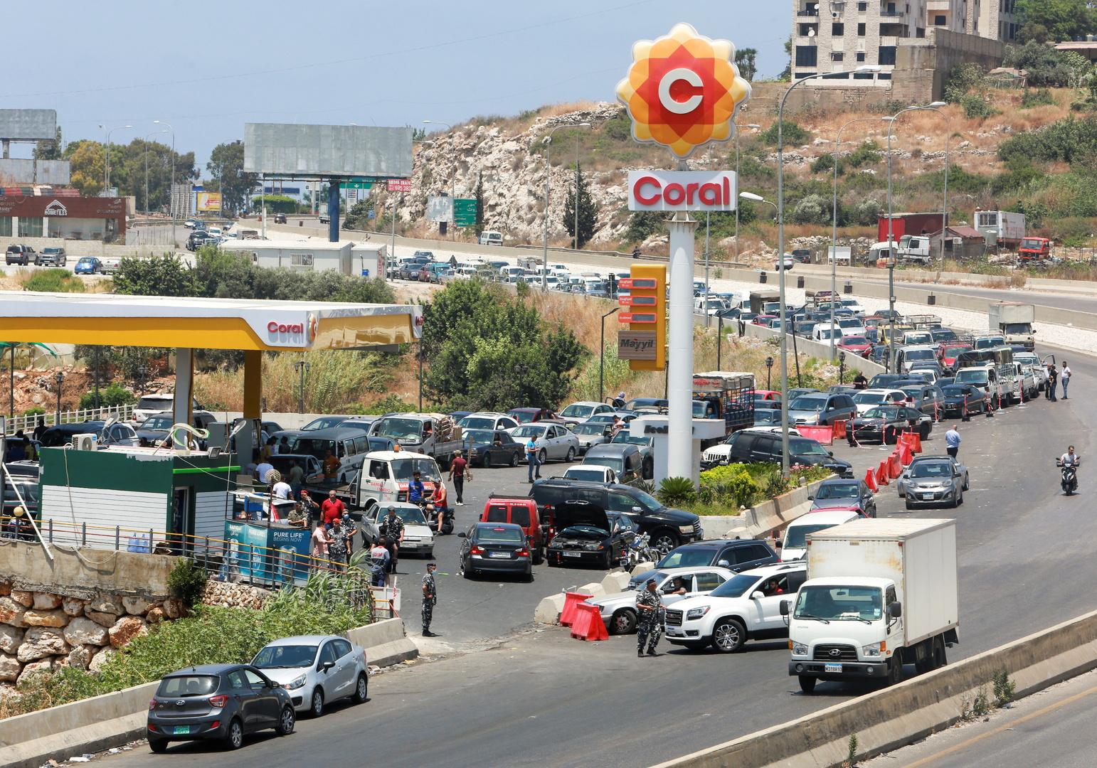 طوابير سيارات بانتظار دورهم لتعبئة البنزين في لبنان