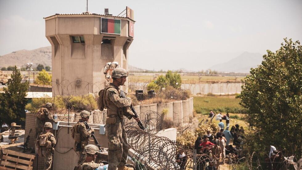 عسكريون أمريكيون في نقطة تفتيش بمطار كابل.