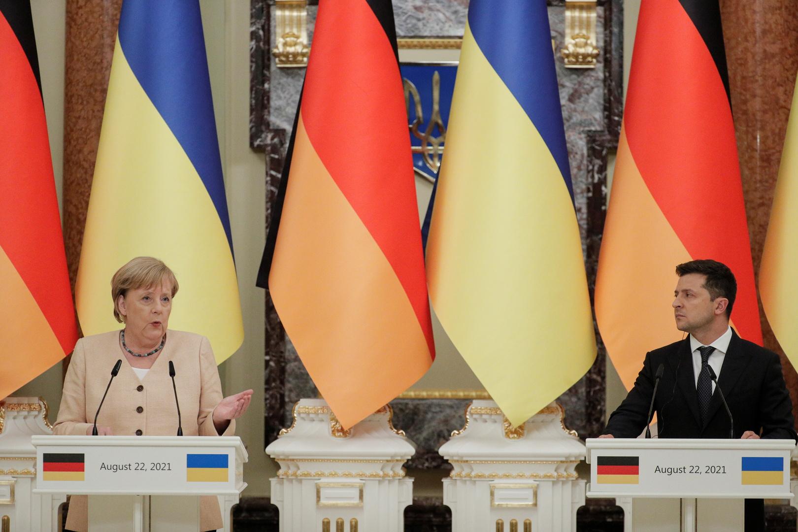 المستشارة الألمانية أنغيلا ميركل والرئيس الأوكراني فلاديمير زيلينسكي