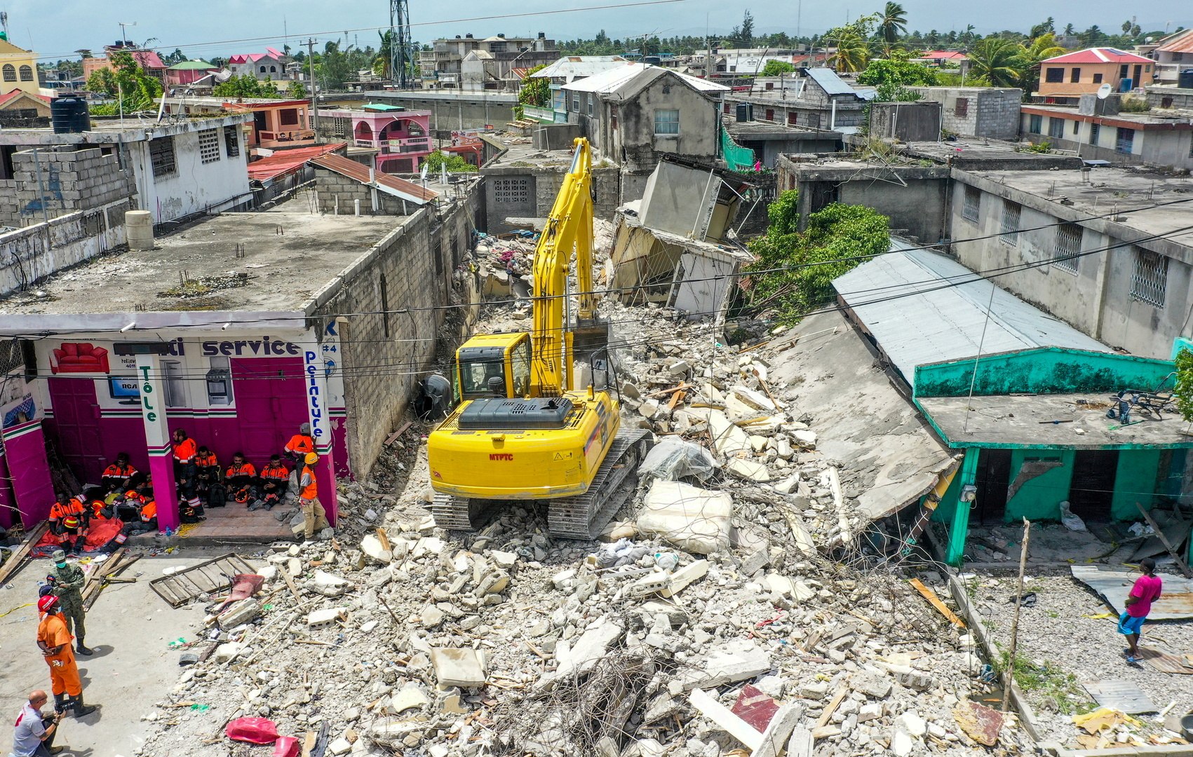 هايتي.. استئناف إقامة الصلوات داخل الكنائس المدمرة من الزلزال والعصابات توزع المساعدات