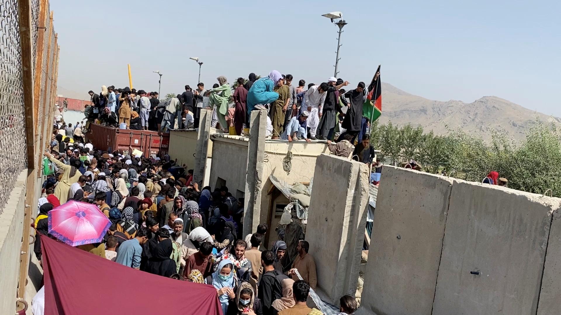 تقرير: شخص على قائمة الممنوعين من دخول بريطانيا وصل إليها من أفغانستان