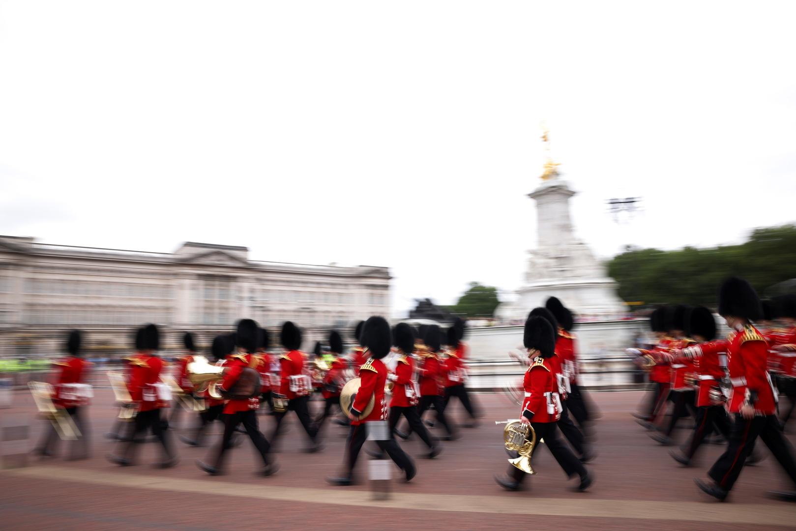 بعد توقف لأكثر من عام بسبب كورونا قصر باكينغهام يعيد مراسم تبديل الحرس (صور)