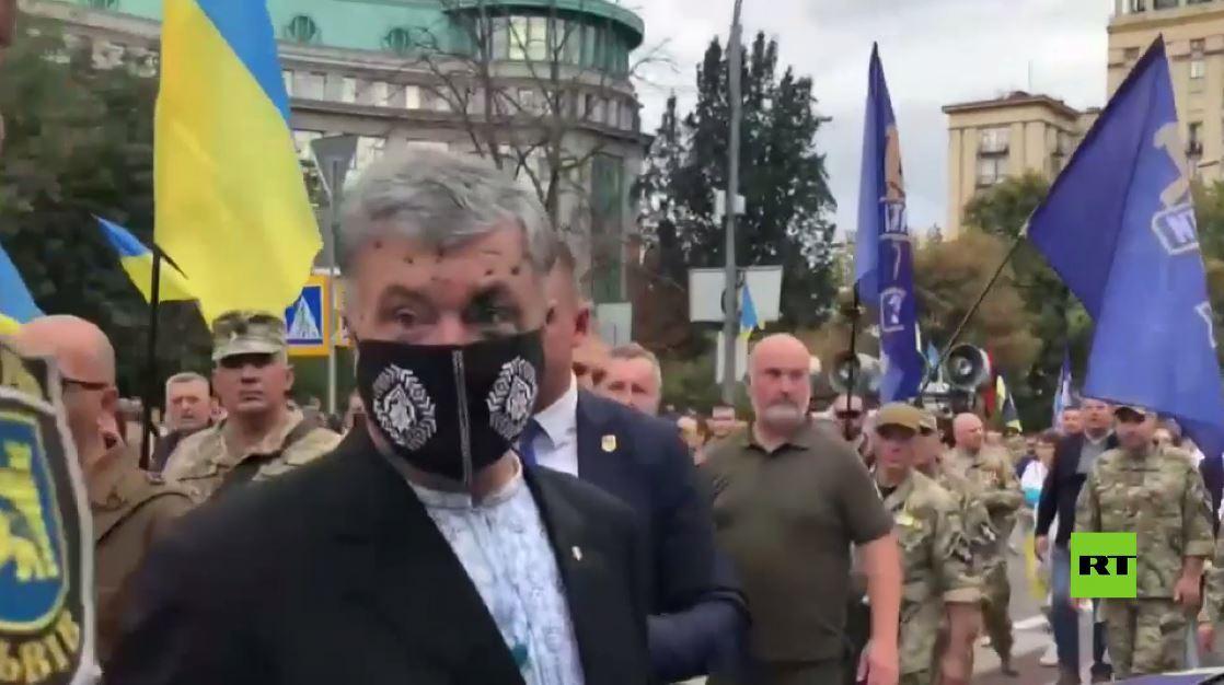 رئيس أوكرانيا السابق يتعرض لهجوم أثناء الاحتفالات بعيد الاستقلال في كييف