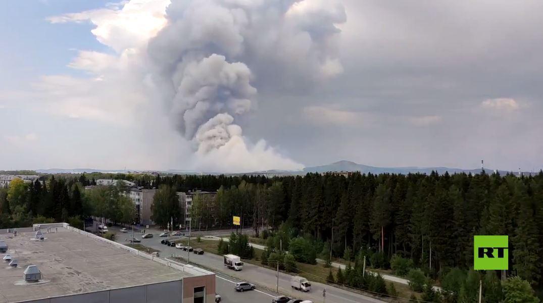 بالفيديو.. حريق هائل قرب طريق سريع في مقاطعة سفيردلوفسك الروسية