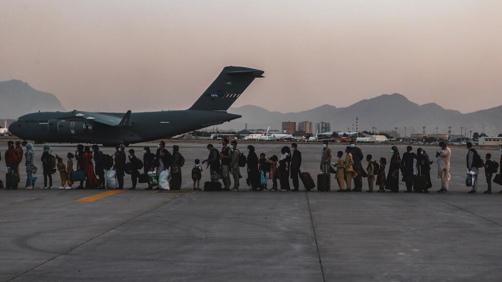 صورة أرشيفية من مطار كابول أثناء الصعود إلى إحدى طائرات الإخلاء من أفغانستان