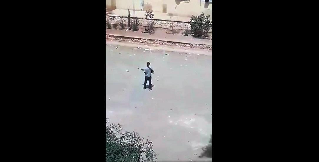 الجزائر.. أب يطلق النار عشوائيا على أصدقاء نجله محملا إياهم مسؤولية انتحار ابنه (فيديو)