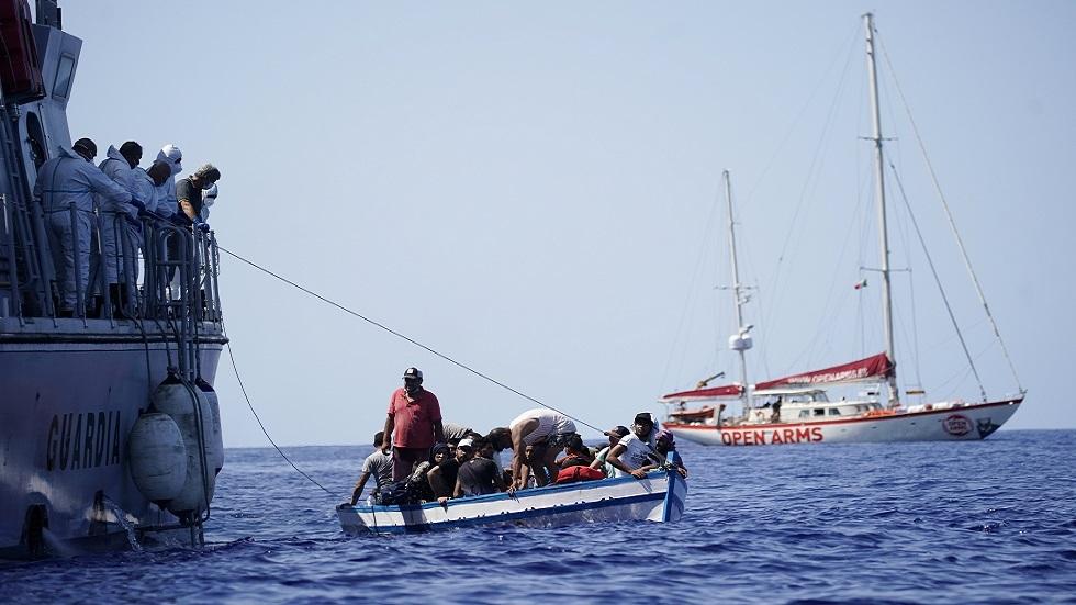 سفن عسكرية إيطالية تساعد قاربا يقل 539 مهاجرا