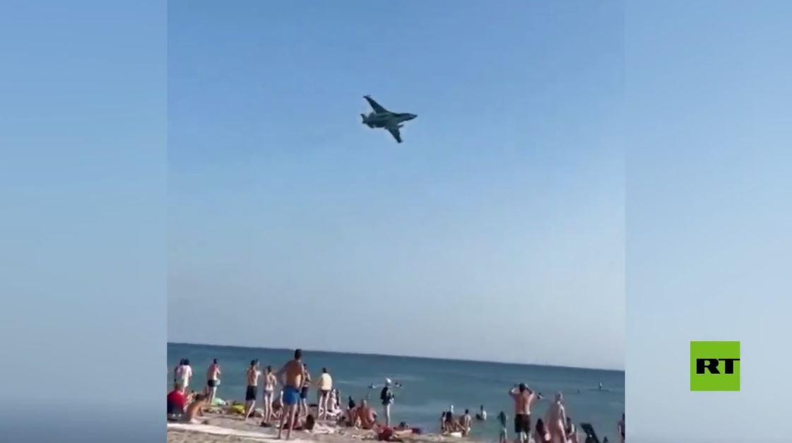 مقاتلة سو-25 تحلق على ارتفاع مترات فوق رؤوس المصطافين على شاطئ البحر الأسود جنوب روسيا