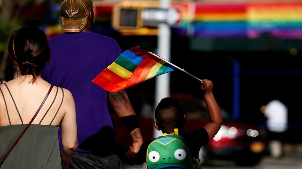مدرسة أمريكية تحث طلابها على أداء قسم الولاء لعلم المثليين