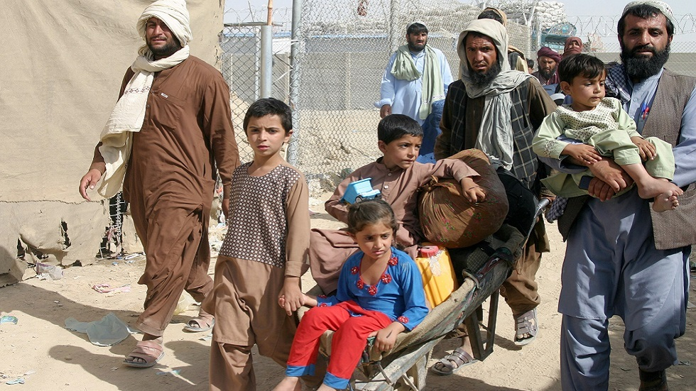 مجموعة من الأفغان يعبرون الحدود مع باكستان