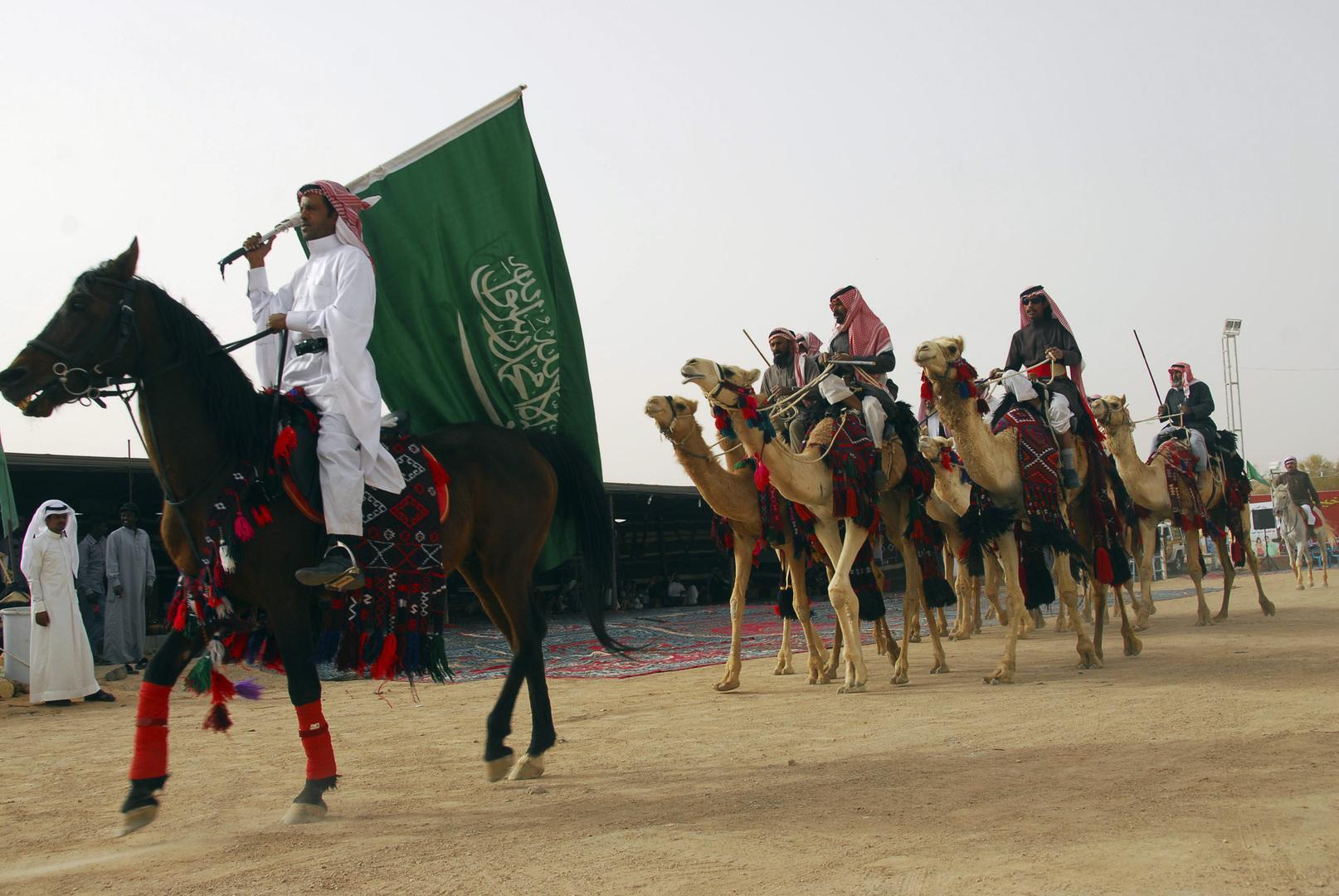 فرسان جمال سعوديون يؤدون عرضا في حفل افتتاح ربيع تبوك
