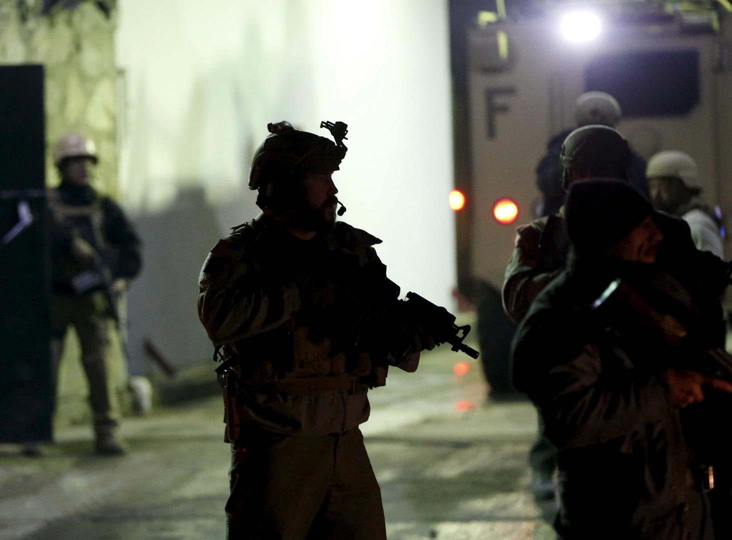 شرطيون أجانب في مكان الانفجار بالقرب من مطاتر كابل