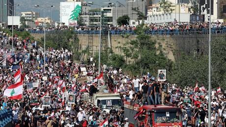 """لبنان.. """"حركة أمل"""" تنفي صحة ما تم تداوله حول صورة لأسلحة مصادرة تحمل شعارها (صور)"""