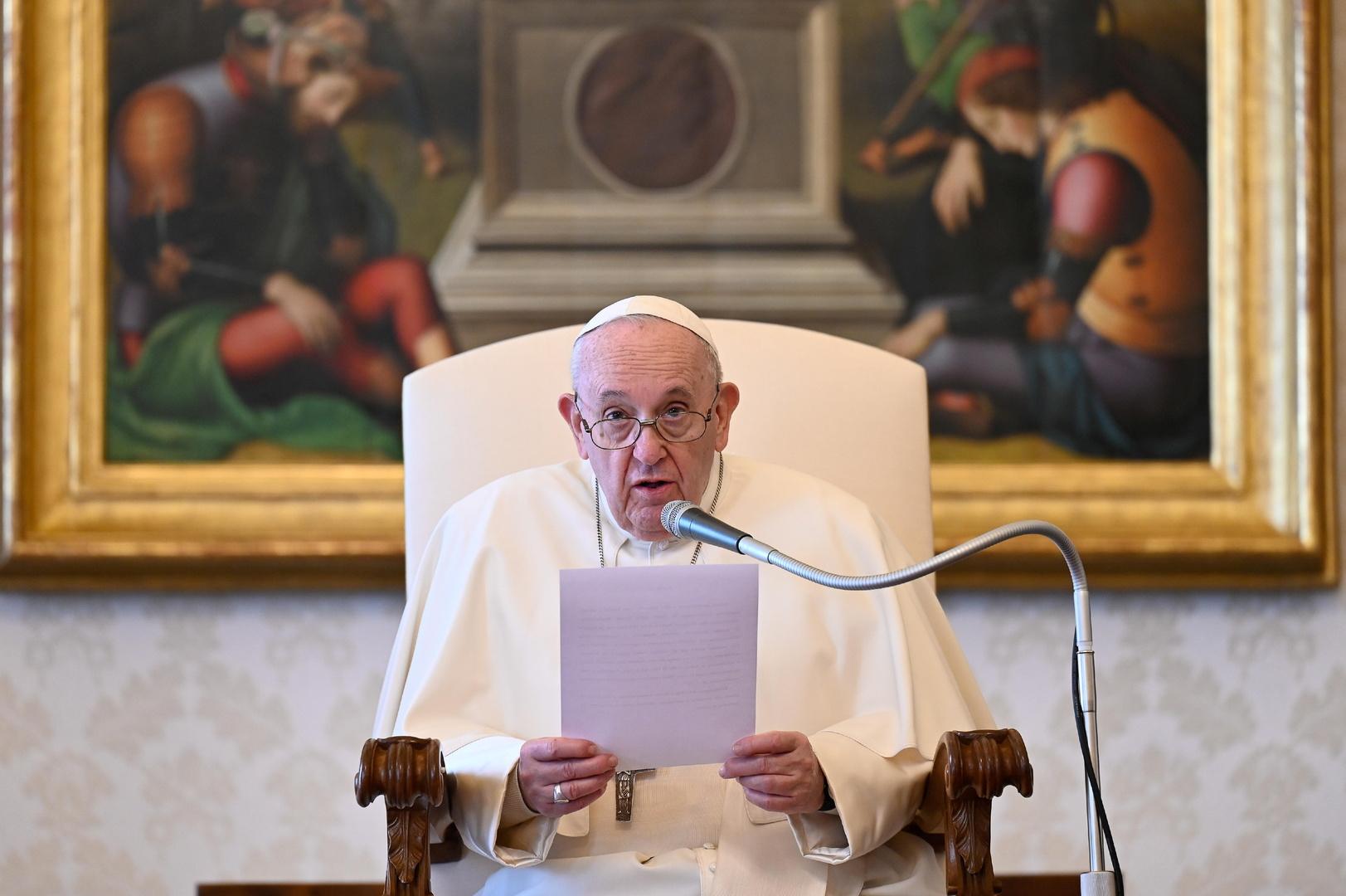 البابا فرنسيس ينفي اعتزامه الاستقالة ويقول إنه يعيش