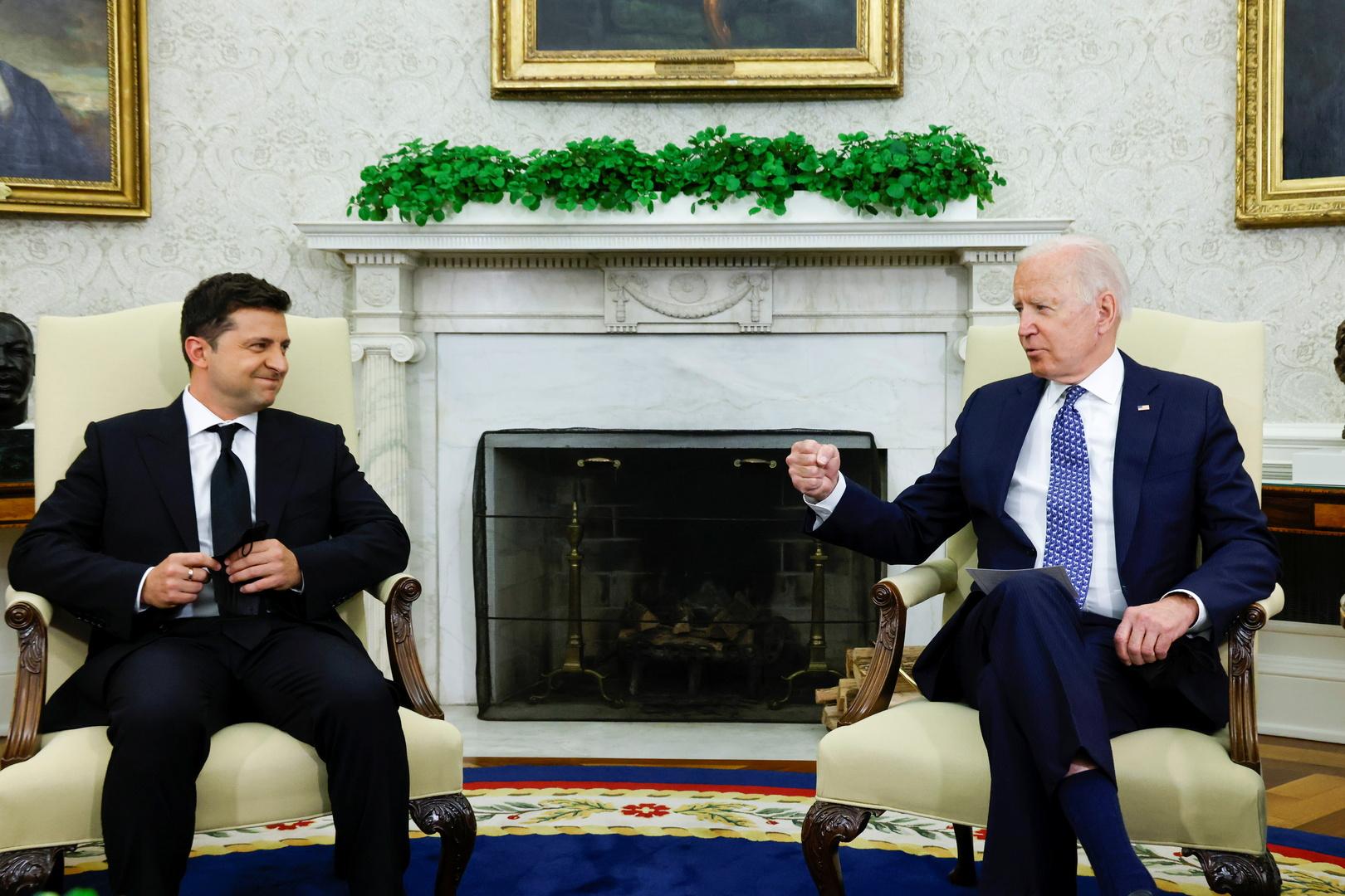 بايدن يؤكد لزيلينسكي الدعم الأمريكي لأوكرانيا
