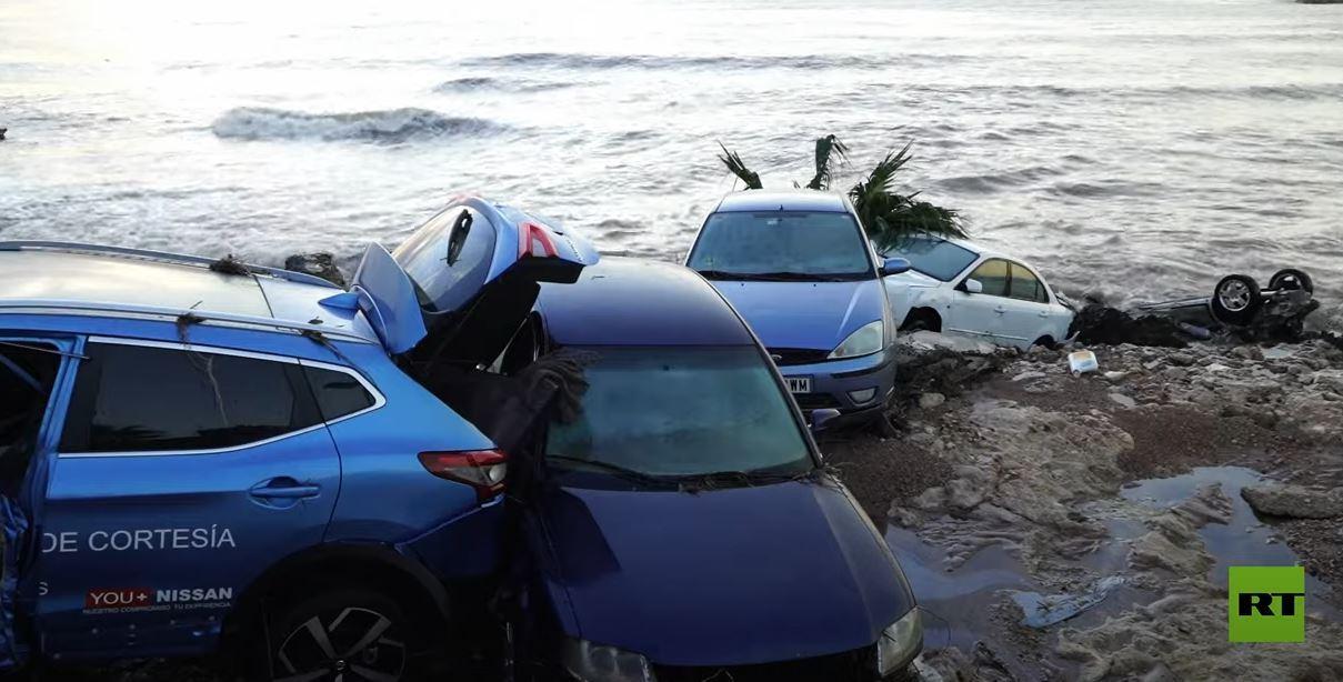 شاهد.. فيضانات تغطي مدينة إسبانية بالوحل وتجرف سيارات إلى البحر