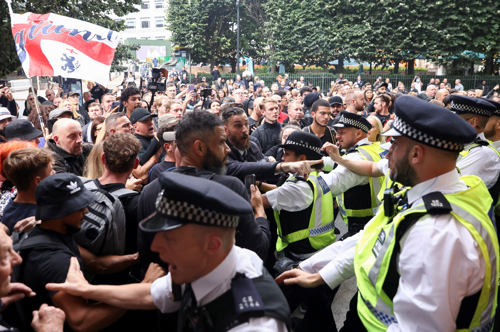 اشتباكات بين رجال الأمن ومعارضي تطعيم المراهقين ضد فيروس كورونا، لندن، 3 سبتمبر 2021