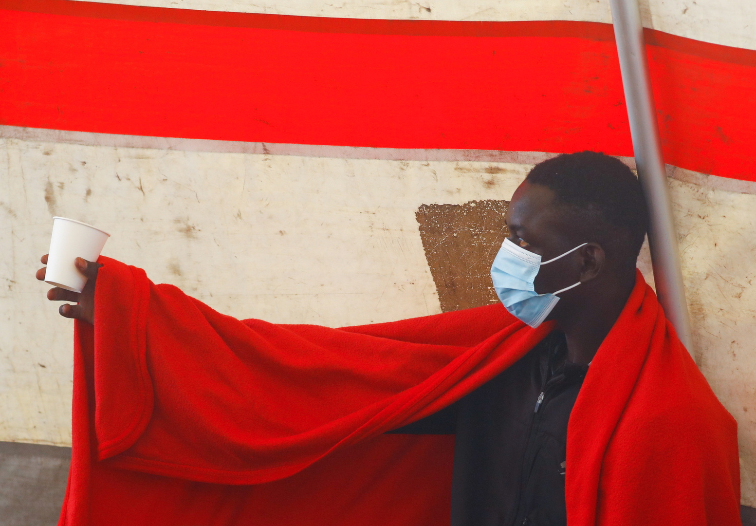 مهاجرون يستريحون في خيمة للصليب الأحمر